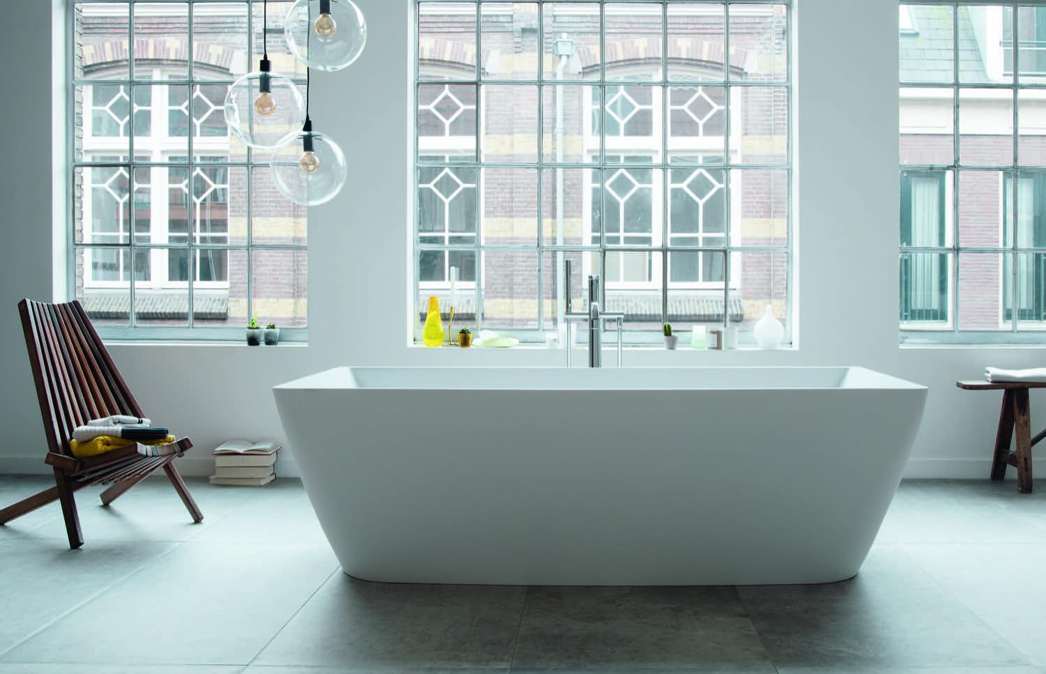 Loftcharakter: Die freistehende Badewanne DuraSquare von Duravit lädt zum Baden ein.