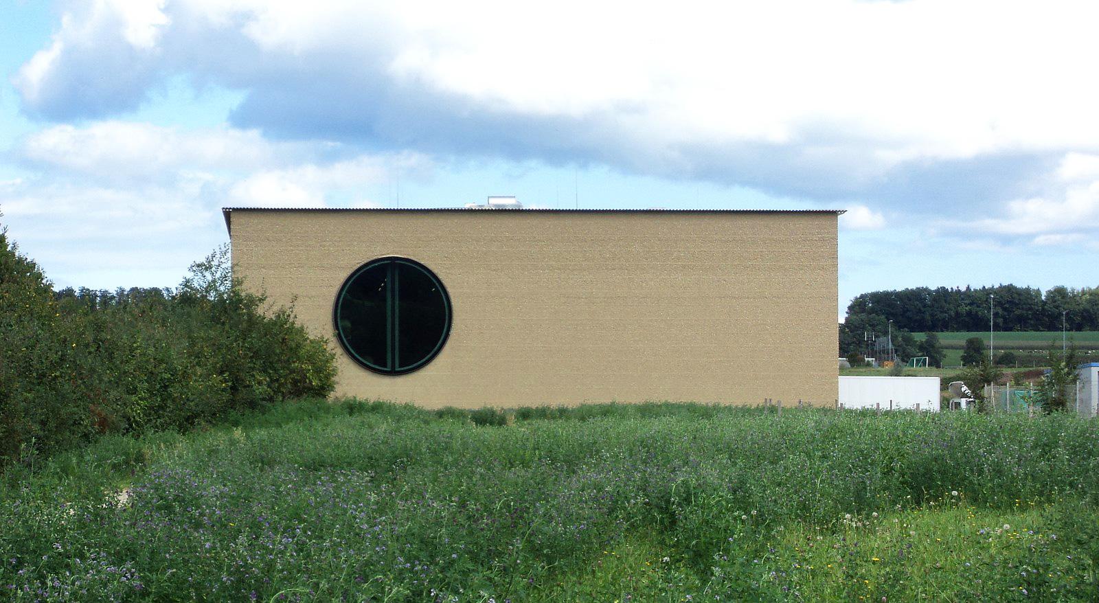 Das Kräuterzentrum der Ricola. Die Wände bestehen aus Stampflehm-Elementen.