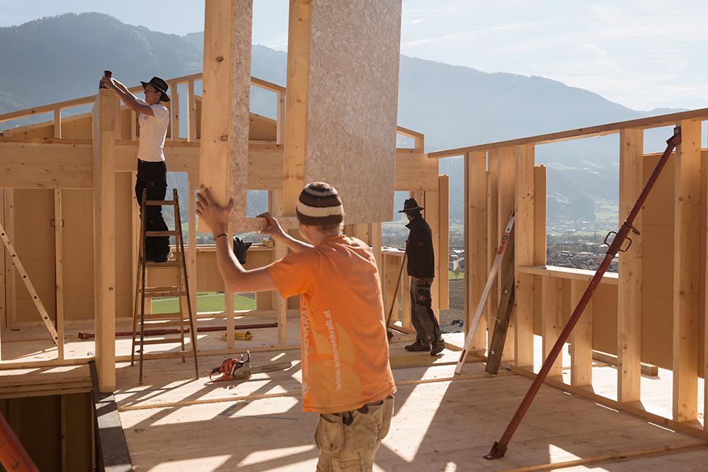 Hanser ist nicht nur der Bauherr, sondern auch Projektleiter. Die Männer, die die Elemente zusammenfügen, sind seine Kollegen.
