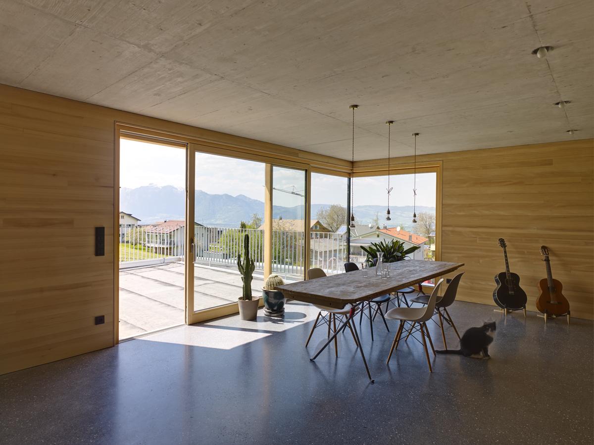Das Esszimmer des Betonhauses überzeugt nicht zuletzt durch die grandiose Aussicht.