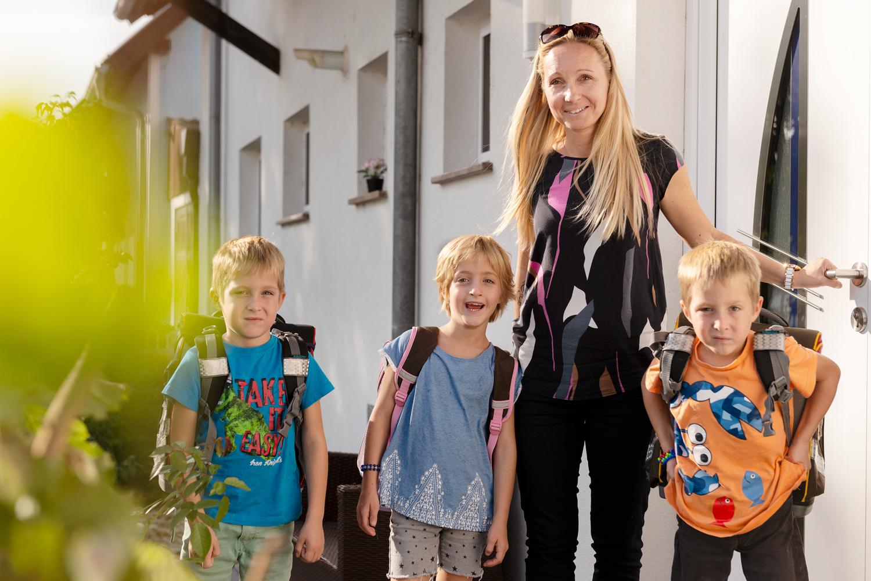 Dreifaches Glück: Katharina Herbert und ihre Drillinge Lara, Paul und Peter.