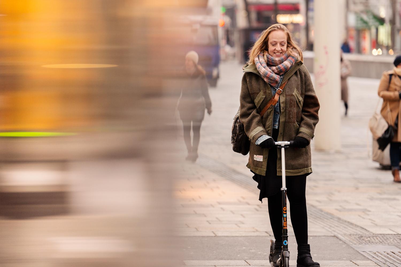 Eigener Antrieb: In der Stadt steigt Nunu Kaller aus Überzeugung lieber auf den Tretroller oder aufs Rad statt ins Auto.