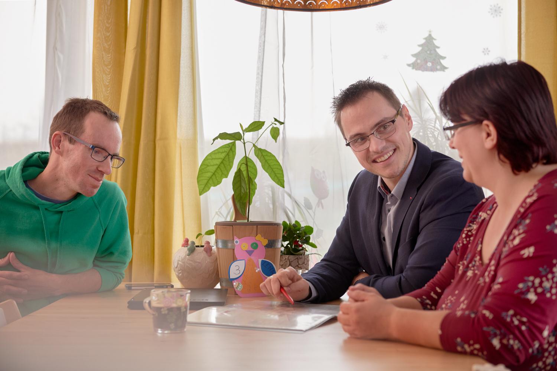Finanzierung des Genossenschaftsanteils: Wüstenrot Finanzberater Georg Niessner (Mitte) hat die Familie Sidlo auf dem Weg ins neue Zuhause unterstützt.