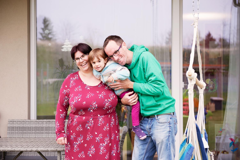 Glücklich im neuen Zuhause: Alexandra und Leonhard Sidlo mit ihrer Tochter.