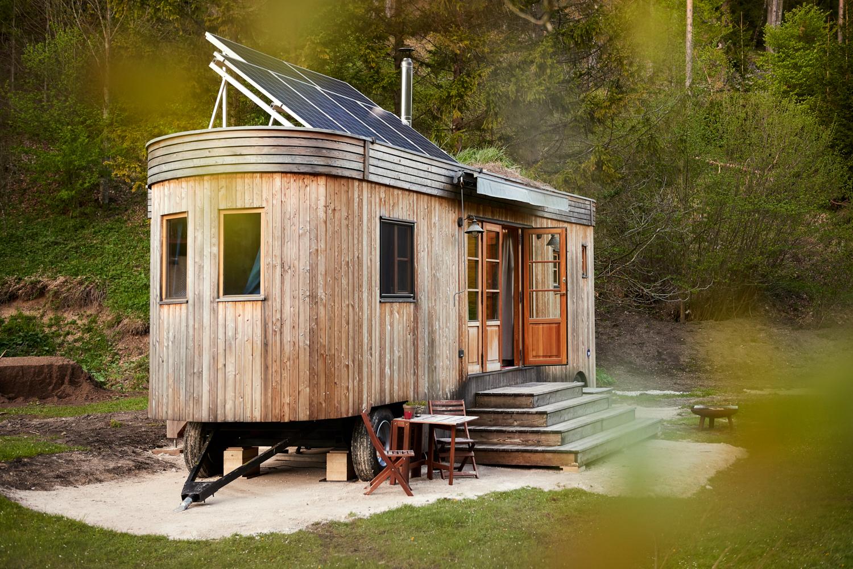Flexible und naturnah: Durch den autarken Aufbau lassen sich Tiny Houses auch in die Wildnis stellen.