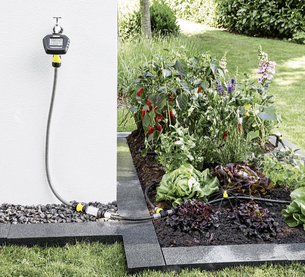 Ressourcenschonend: Sensoren messen die aktuelle Bodenfeuchtigkeit. Erst wenn der voreingestellte Feuchtigkeitswert unterschritten wird, fließt das Wasser.