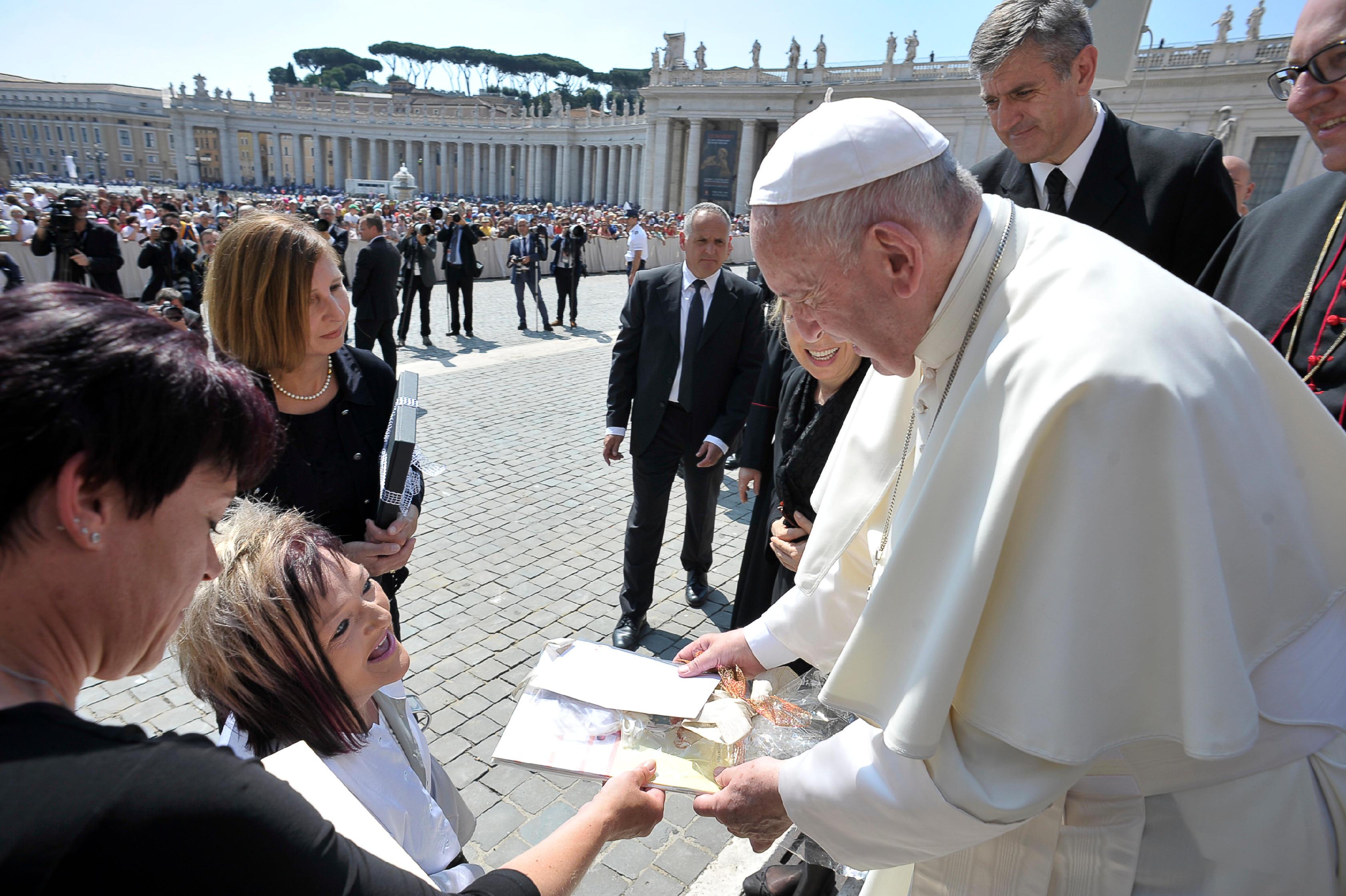 Eine besondere Ehre: RollOn Austria-Obfrau Marianne Hengl bei der Generalaudienz beim Papst in Rom.