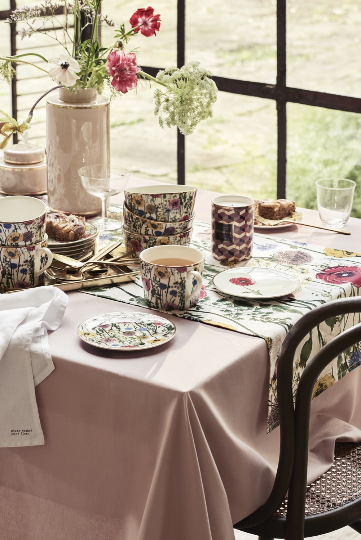 Frühlingsboten: Zarte Blumen und florale Muster (hier von H&M Home) verschönern den gedeckten Tisch.