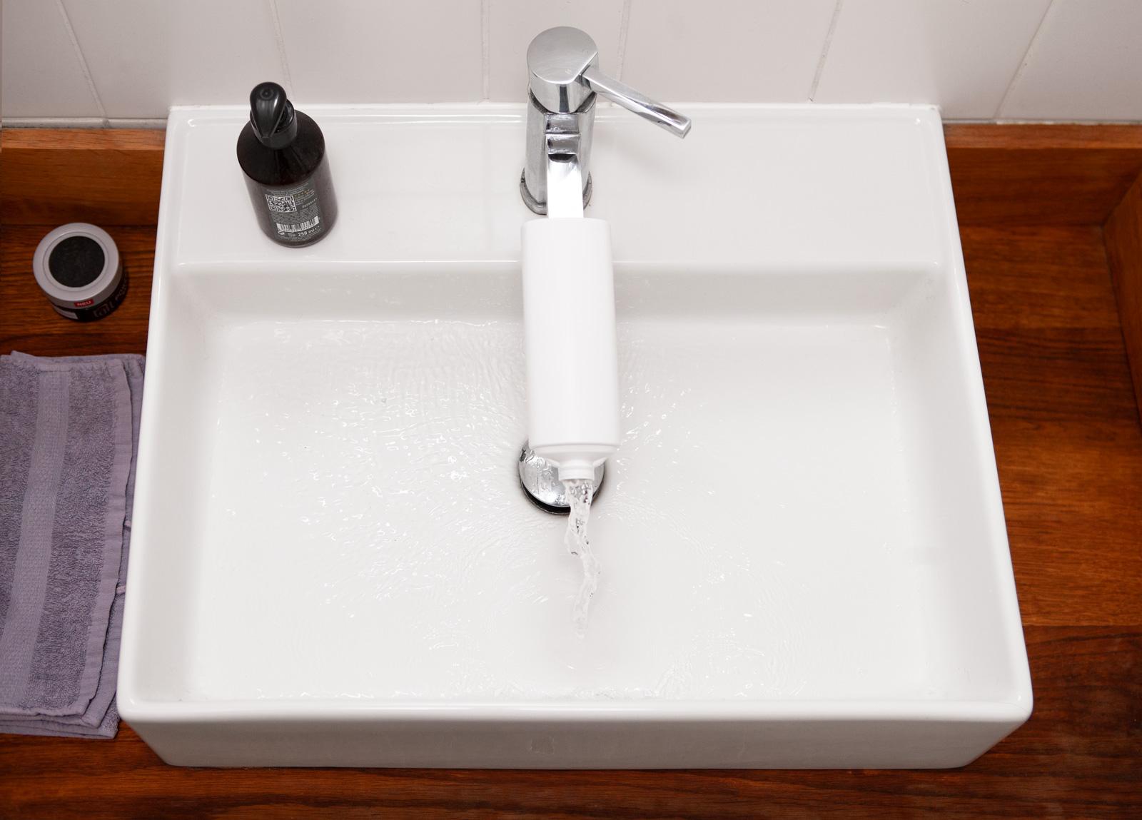 So können Kinder auch ohne Hocker die Hände waschen.