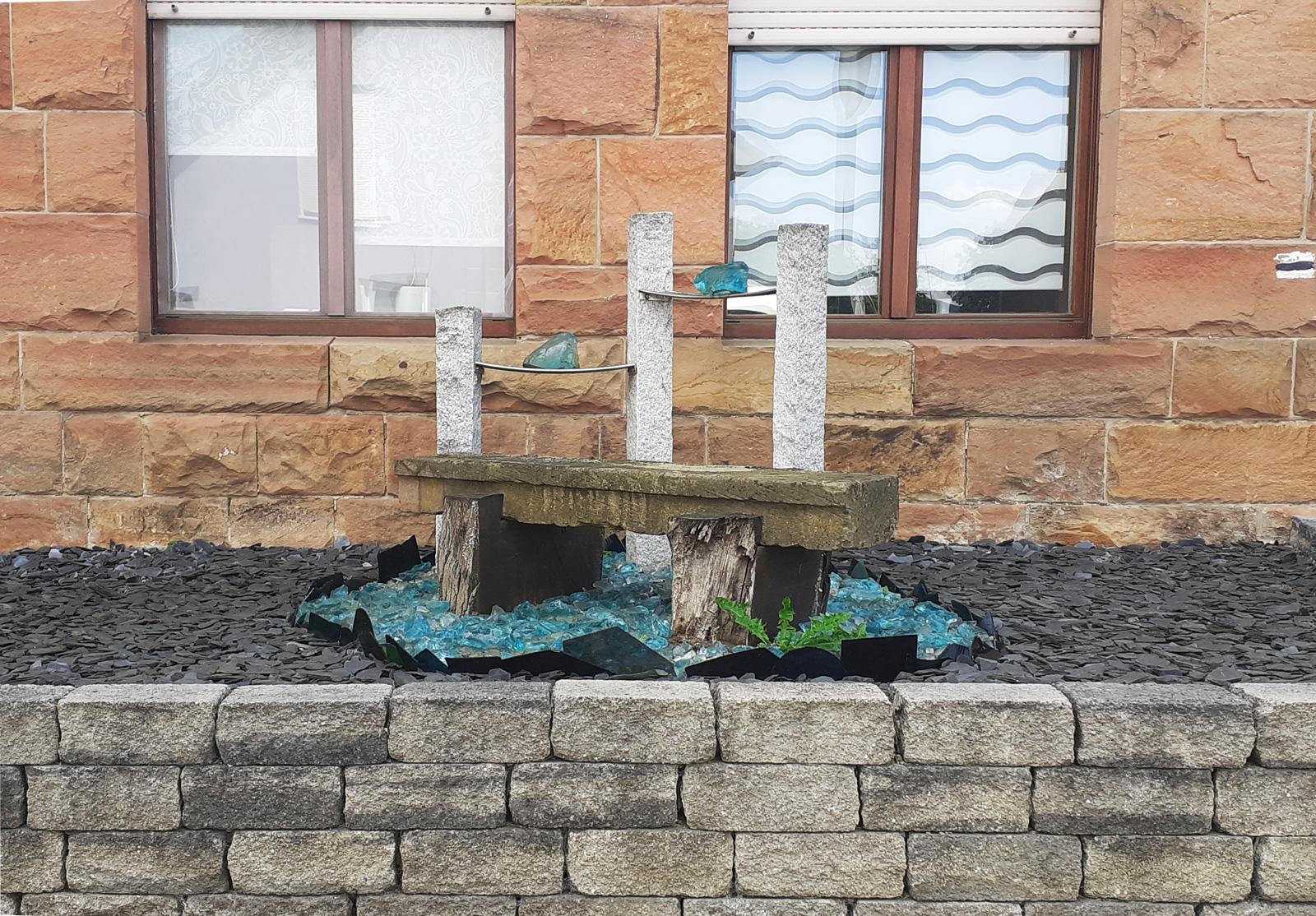 Kunst statt Grünzeug: Vorgartengestaltung mit Stein und Glas