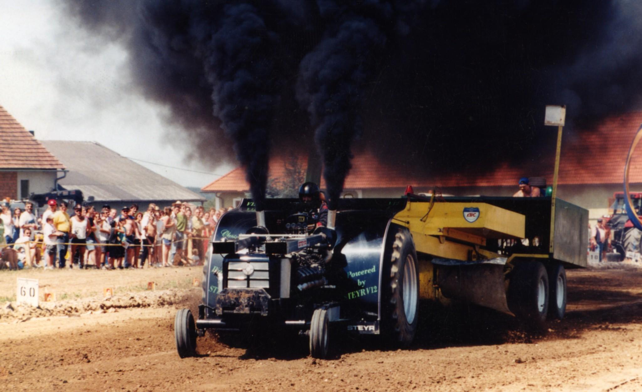 Die in Handarbeit gebauten Zugmaschinen ziehen bis zu fünf Tonnen schwere Gewichte.