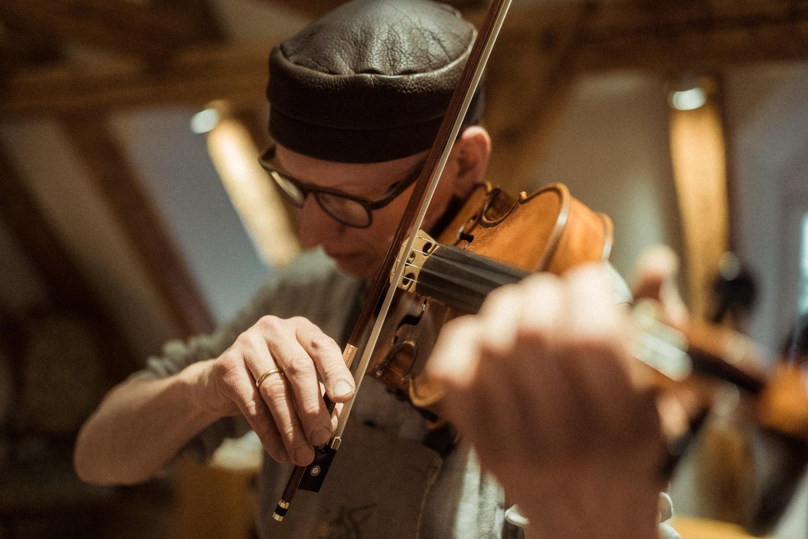 Martin Schleske spielt nicht nur Geige, sondern auch E-Gittarre