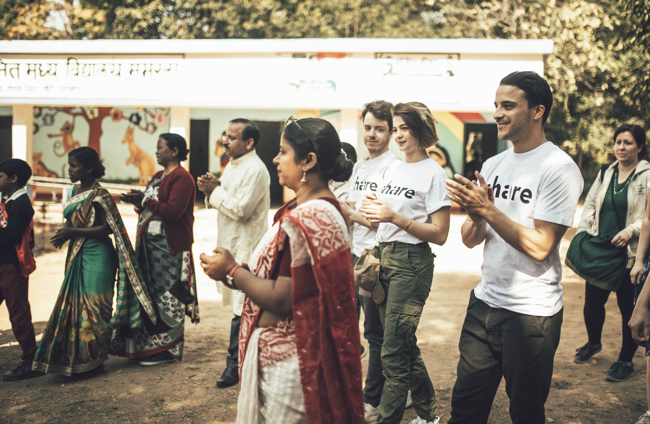 Prominente Unterstützung: Schauspieler Kostja Ullmann (r.) und Lisa-Marie Koroll (2. v. r.) begleiteten das share-Team im Januar 2019 auf eine Projektreise nach Indien.