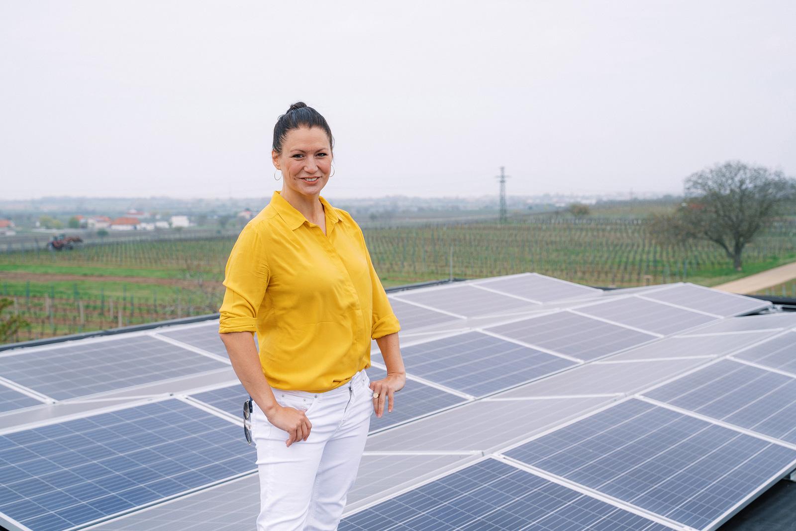 Cornelia Daniel vor Photovoltaikanlage