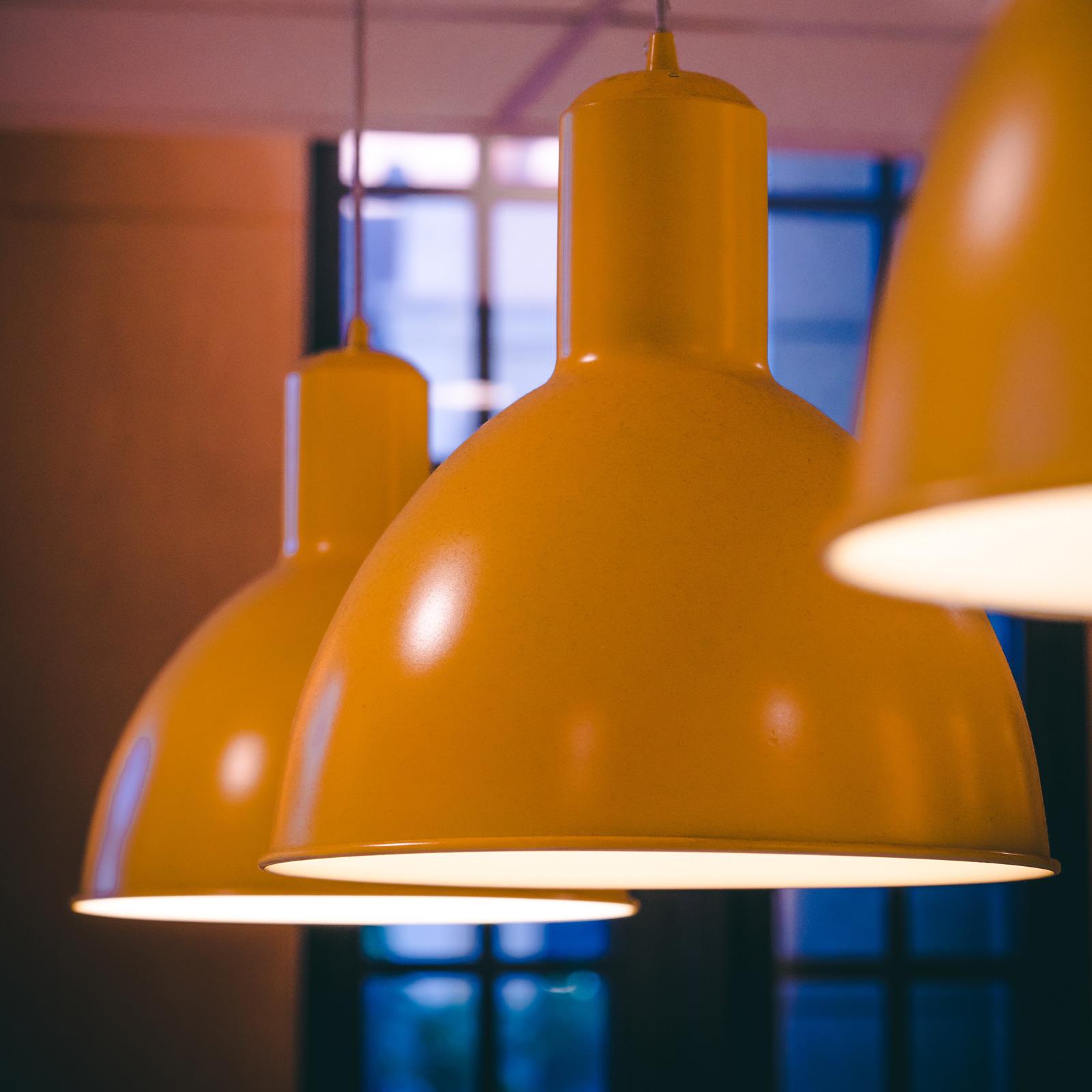 Tief hängende Pendelleuchten eignen sich für die Beleuchtung einzelner Bereiche, zum Beispiel eines Esstisches.