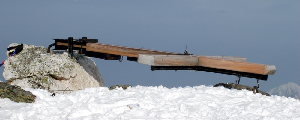 Das durch den Orkan Kyrill umgeknickte Gipfelkreuz auf dem Hohen Zinken.