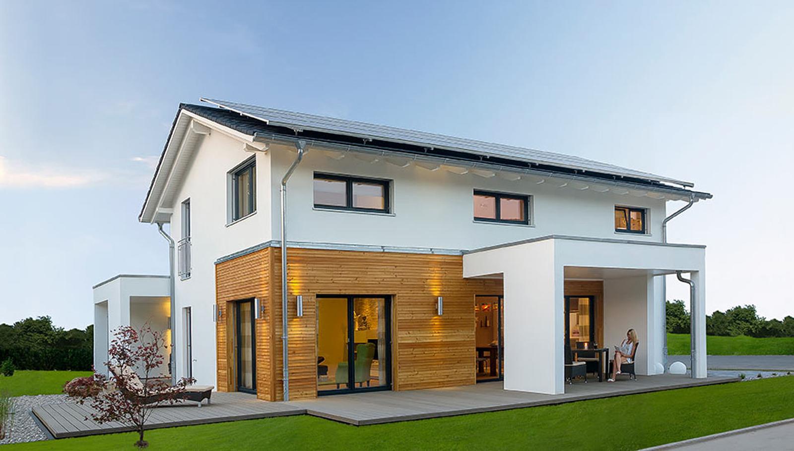 Ein Plusenergiehaus des Fertighaus-Anbieters Haas: Der durch Photovoltaikanlagen erzeugte Strom wird in das örtliche Stromnetz eingespeist.