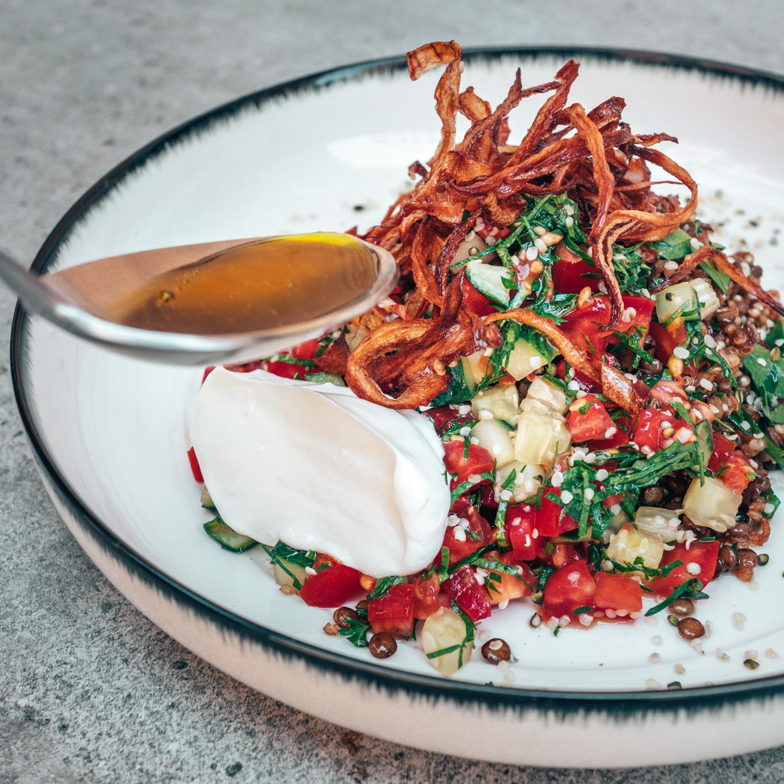 Quinoa-Linsen-Mujaddara mit karamellisierten und frittierten Zwiebeln