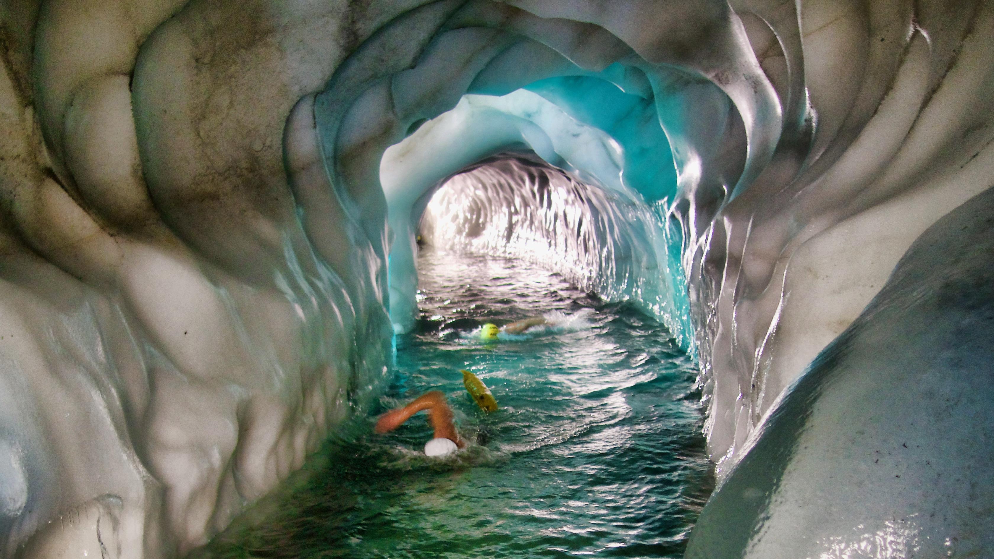 Schwimmen an besonderen Orten: Im Natur Eis Palast am Hintertuxer Gletscher können sich auch sportliche Normalbürger für eine Schwimmtour anmelden.