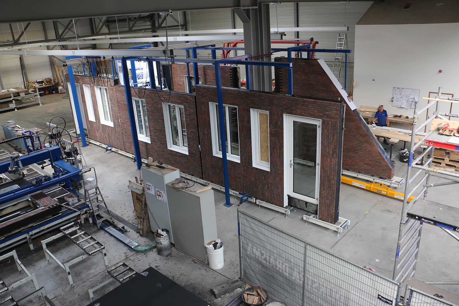 Die Elemente für eine neue Gebäudehülle werden vorgefertigt.
