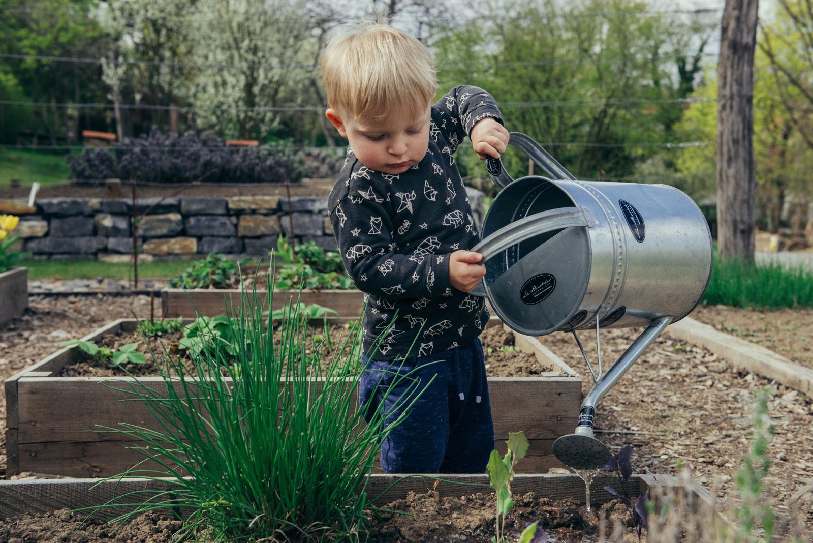 Im Garten kann sich die ganze Familie engagieren.