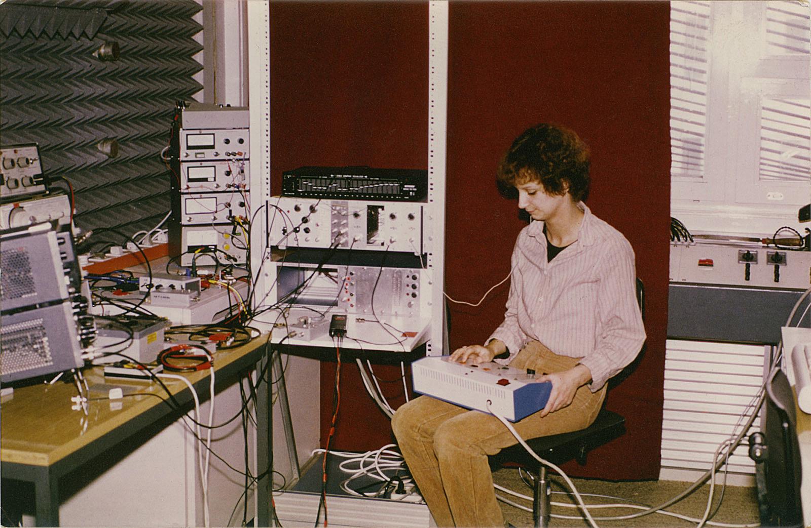 Conny, die erste Nutzerin eines Cochlea-Implantats, die Sprache ganz ohne Lippenlesen verstehen konnte im März 1980.