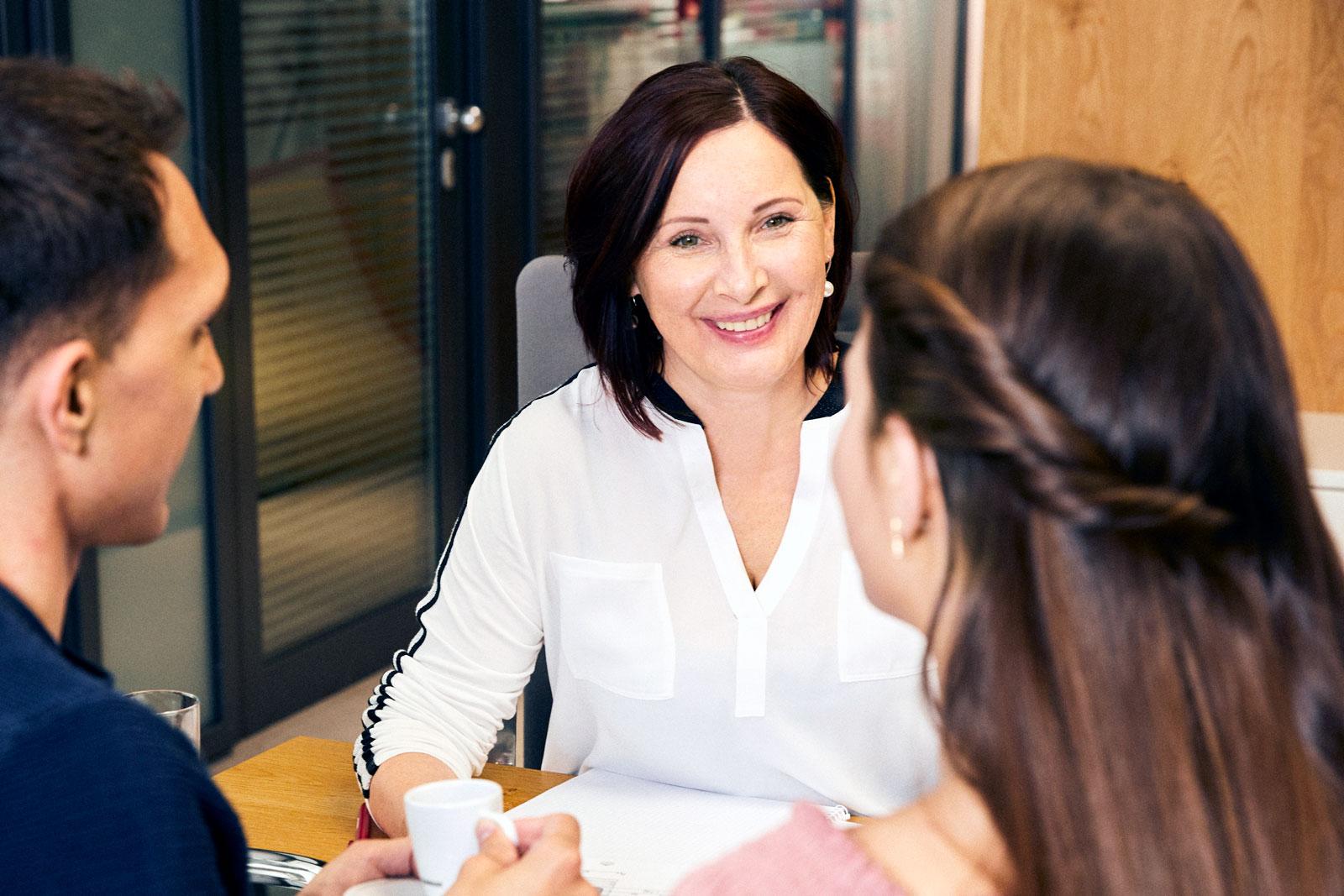 Finanzberaterin Angelika Guggenberger begleitet Frauen und Paare beim Vermögensaufbau.