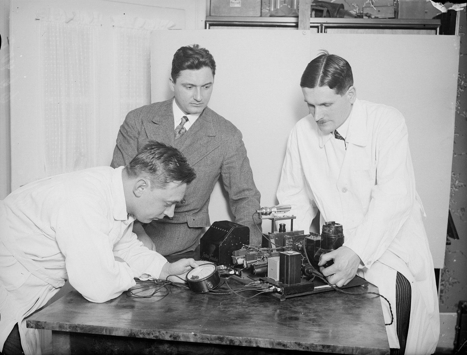 Gustav Tauschek vor einer seiner Erfindungen