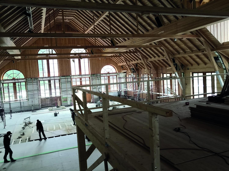 Umbauarbeiten: Am 30. Juni feiert Gut Aiderbichl Henndorf die Neueröffnung der Halle.