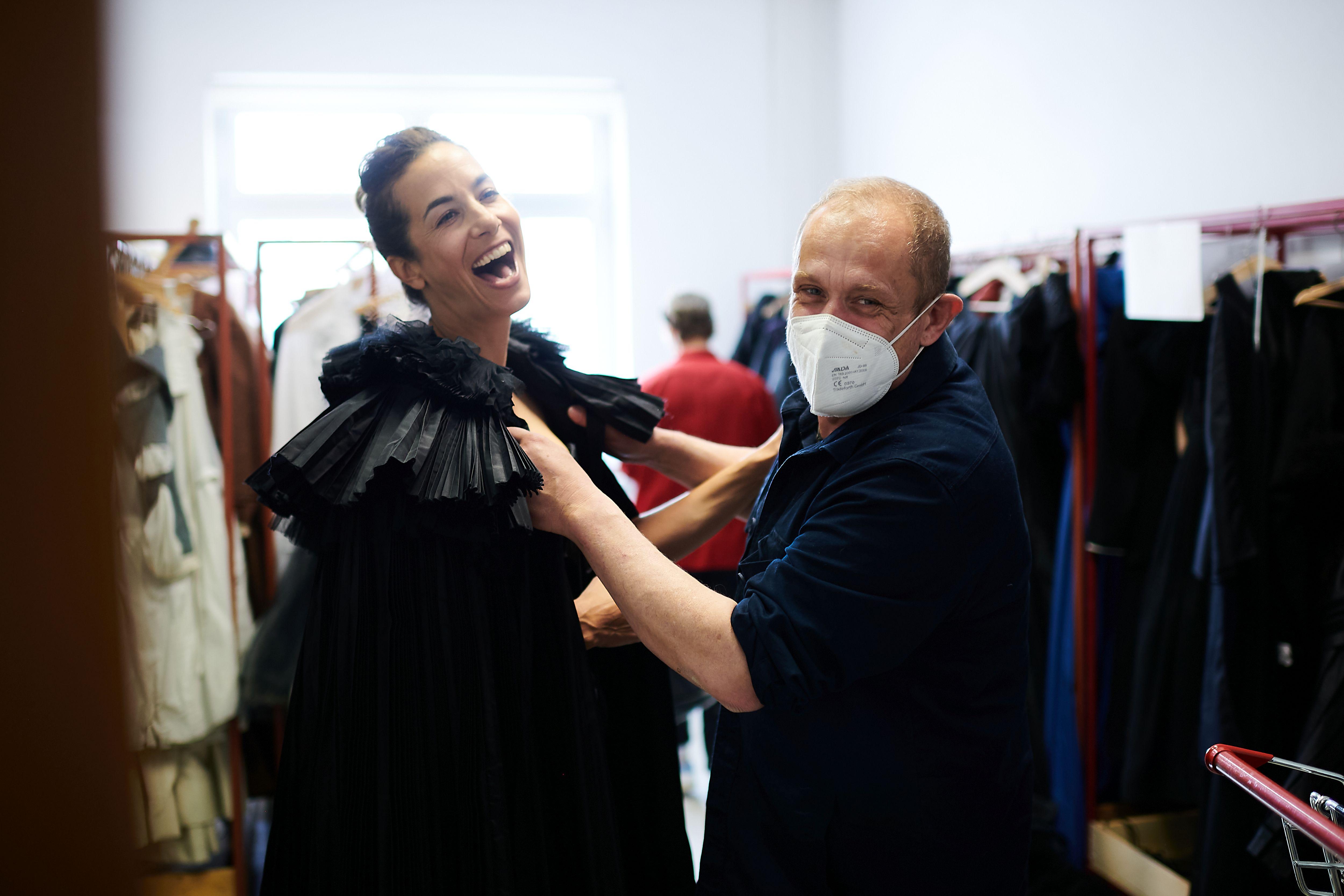 """Gery Keszler findet Outfit für """"Theaterflitscherl"""" Nina Hartmann."""