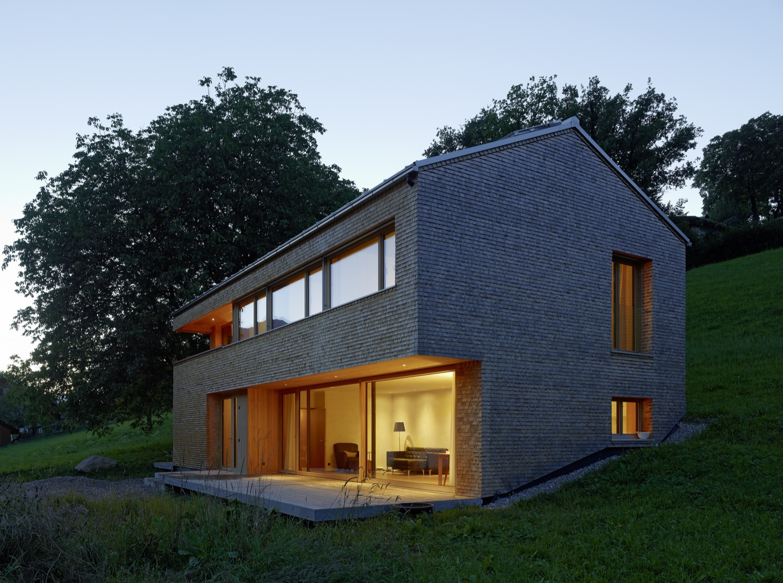 In die Umgebung eingebettet: Das Holzhaus in Schlins ist durch einen benachbarten Altbau inspiriert.