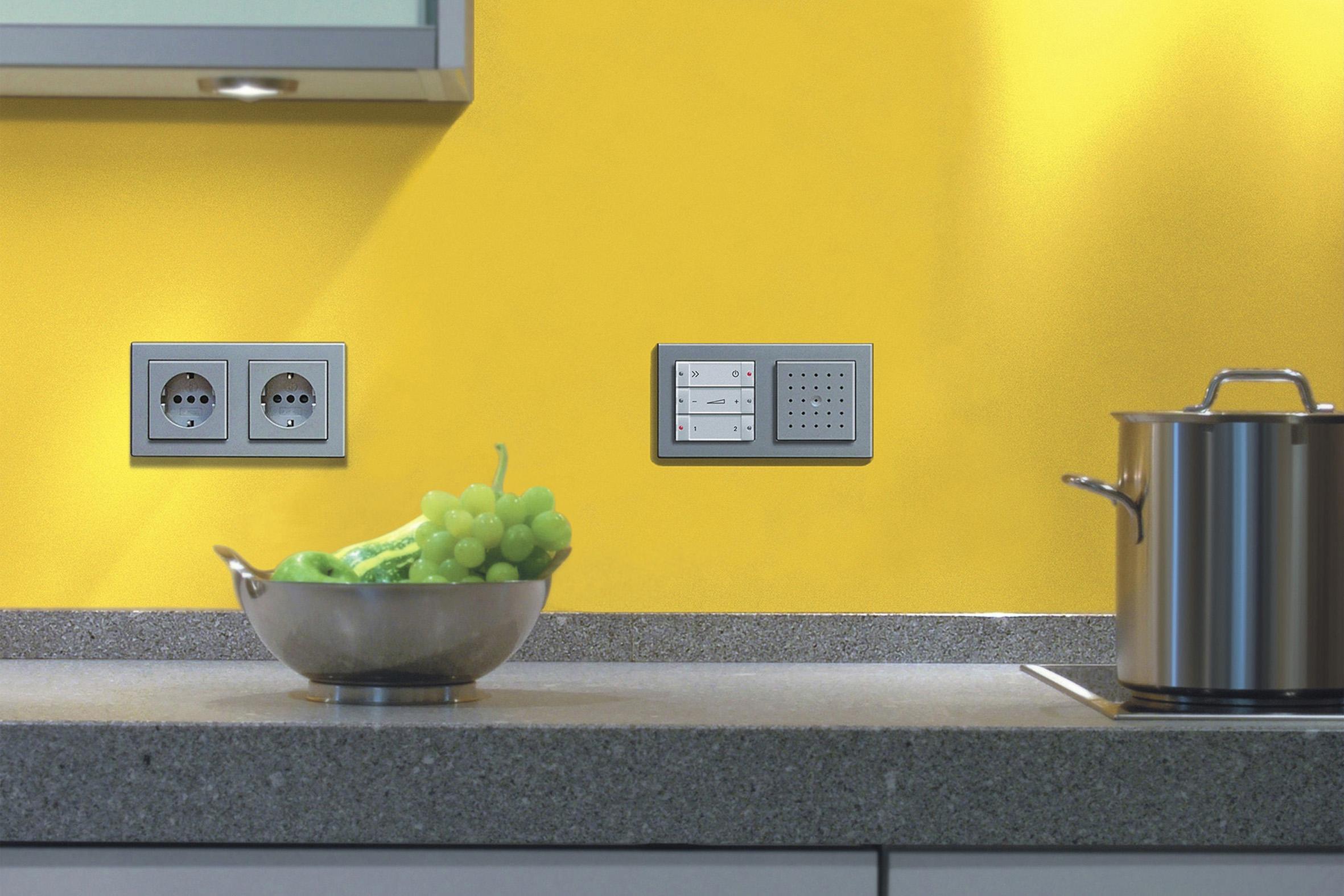 In der Küche werden für Kühlschrank, Mixer und Co die meisten Steckdosen benötigt. Elektroinstallationen bieten Komfort: wie zum Beispiel dieses in die Wand integrierte Radio.