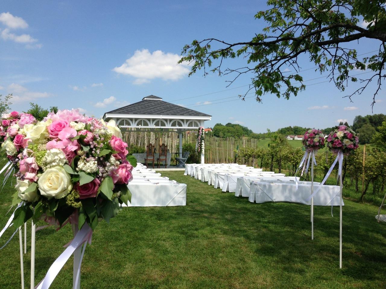 Zeremonie im Freien: Bei gutem Wetter findet die Trauung draußen auf dem 30.000 Quadratmeter großen Grundstück statt.