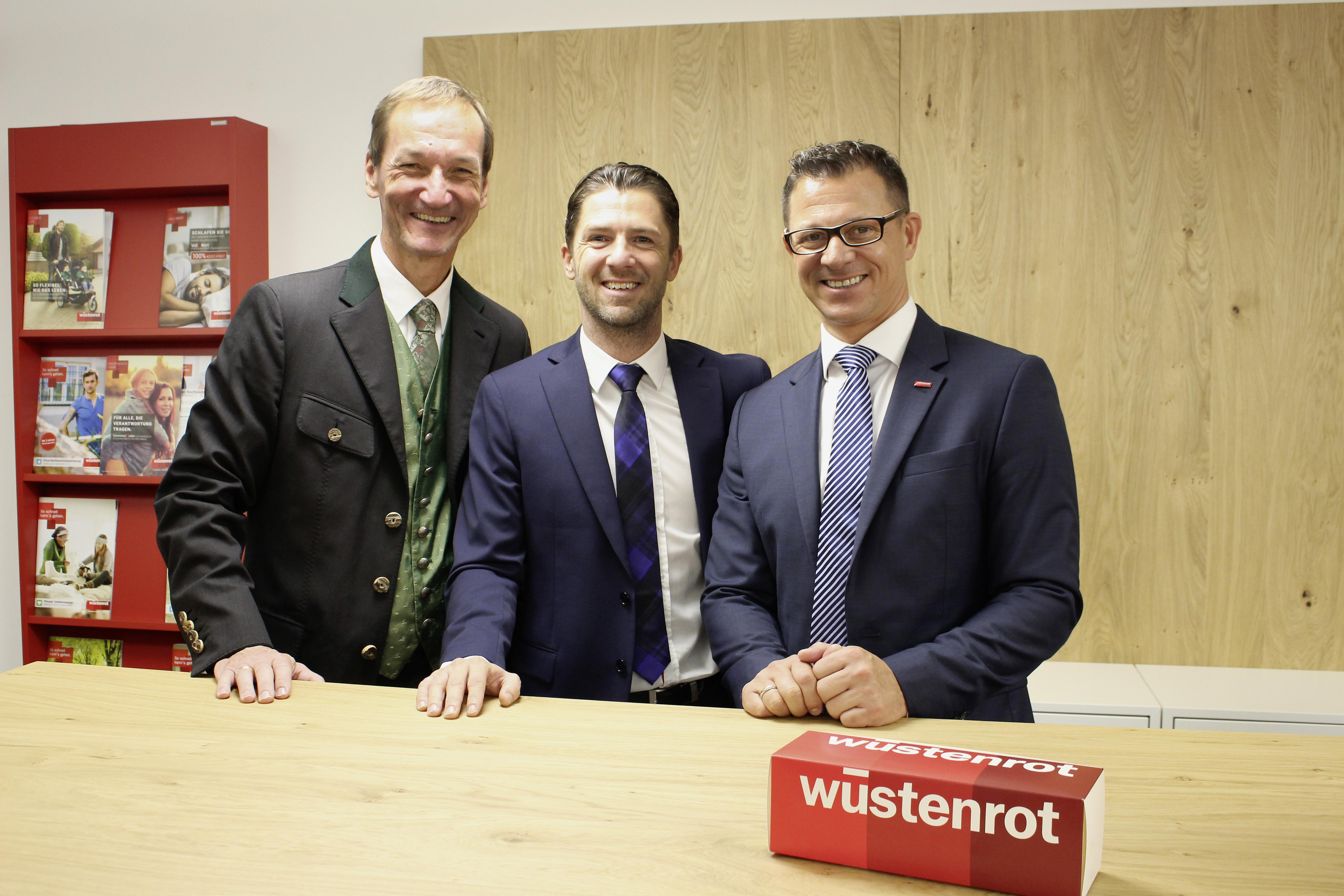 Vorst.Dir. Mag. Erwin Mollnhuber (Bild links außen), Roman Seer Gebietsverkaufsleiter Salzburg Süd (Bild Mitte) mit Regionaldirektor Manuel Tauchner, MBA (Bild rechts außen)