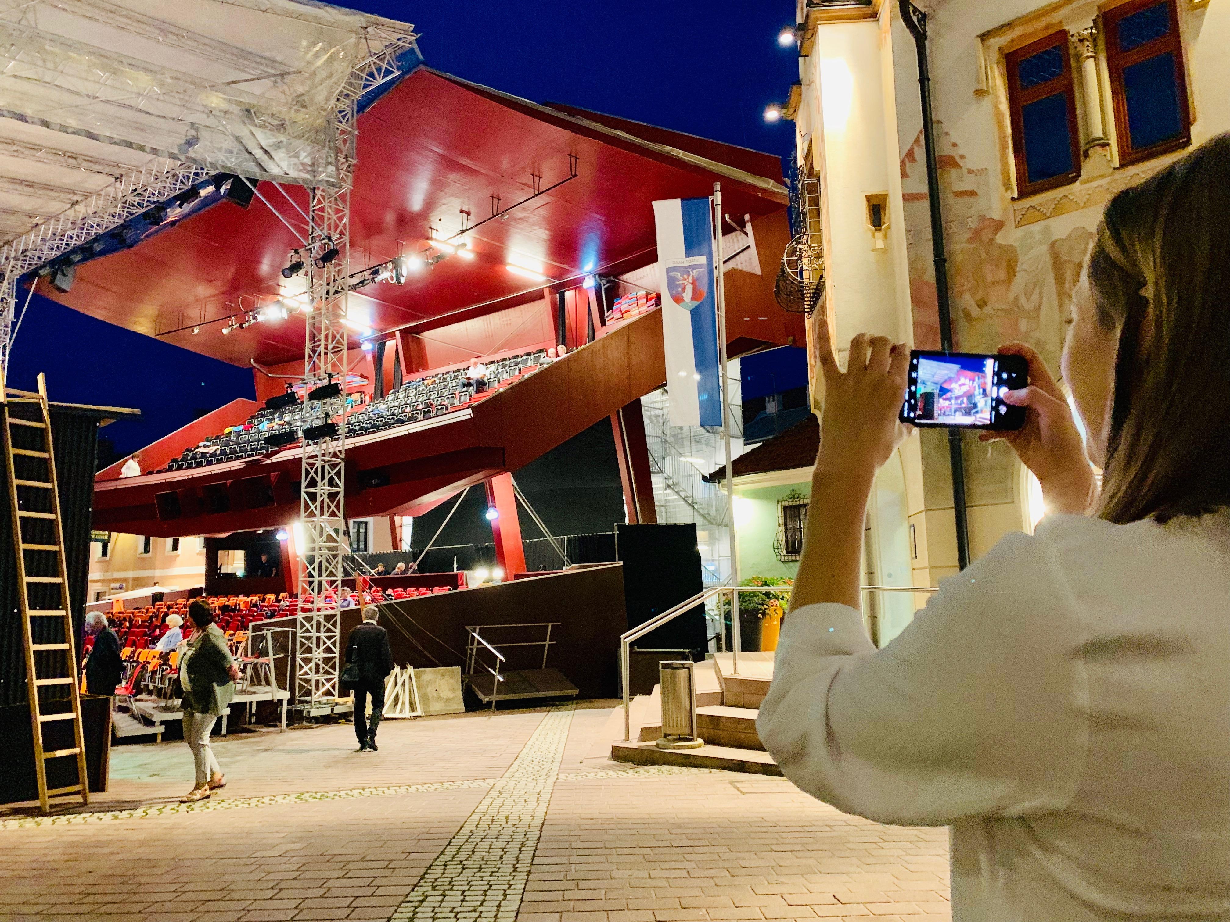 Sommertheater in Haag: Eine temporäre Tribüne direkt am Hauptplatz sorgt für überregionale Aufmerksamkeit.