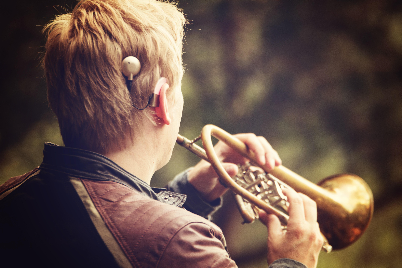 Trompetespielen mit CI: In Vorträgen macht Sebastian Fehr auch anderen Hörgeschädigten Mut, sich wieder an die Musik zu wagen.