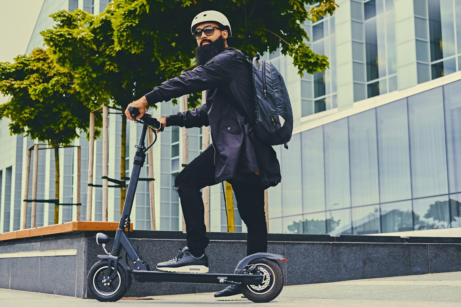Safety first: Wie beim Fahrrad und Roller besteht auch beim E-Scooter eine Verletzungsgefahr. Schütze dich mit Helm und Versicherung vor Unfallfolgen.