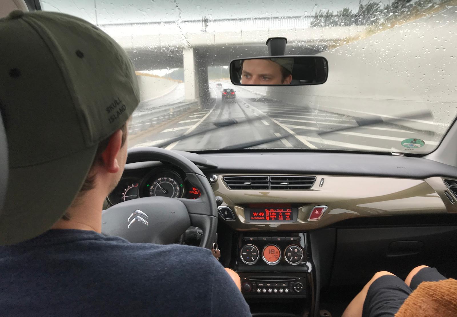 Schlechte Wetterverhältnisse erhöhen das Unfallrisiko. Auf speziellen Übungsplätzen kannst du das Fahren bei schwierigen Verhältnissen üben.
