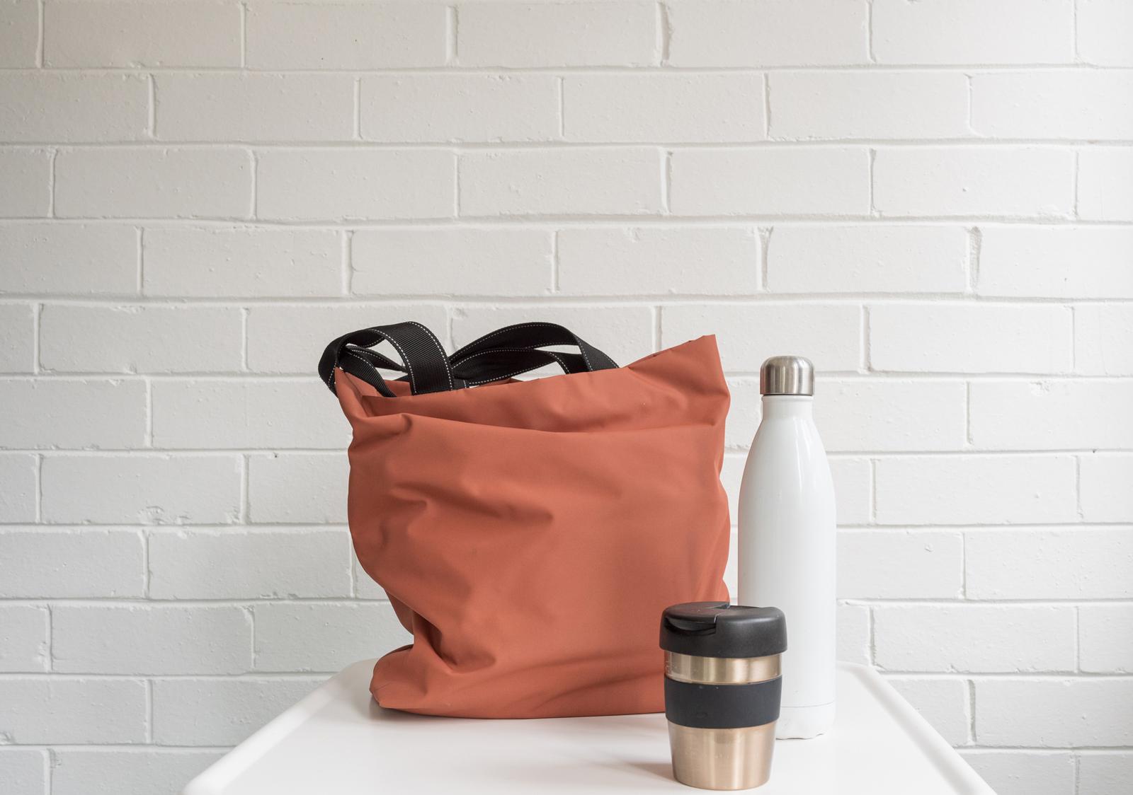 Grundausstattung für weniger Müll im Alltag: Stofftasche, Becher und Flasche