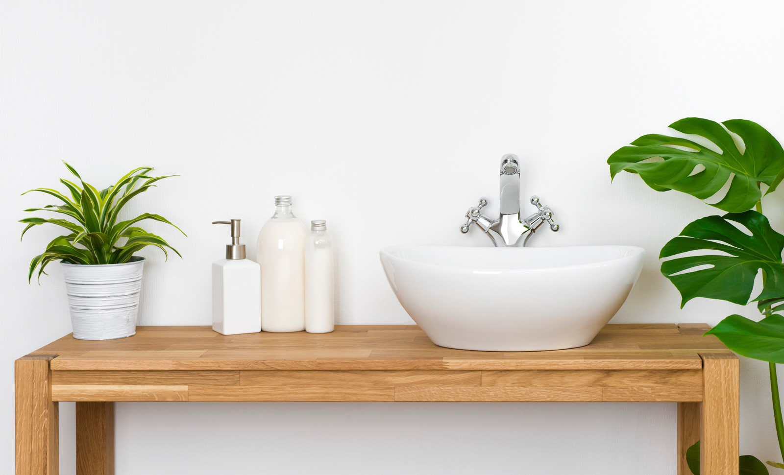 Im Trend: Waschbecken ohne Fliesenspiegel. Verwende dazu spezielle Feuchtraumfarbe.