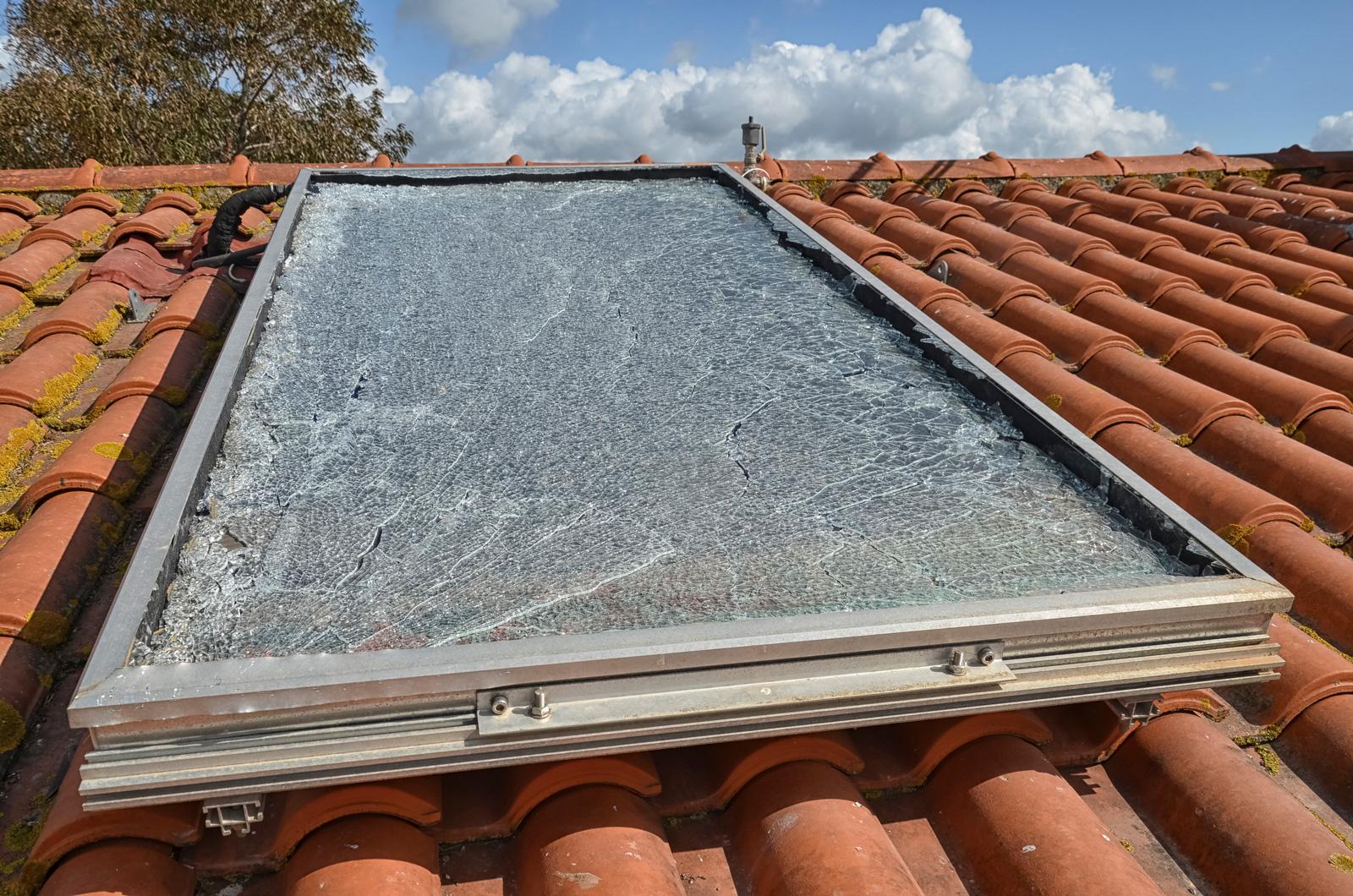 Verhagelt: Solarpanel mit Hagel-Schaden