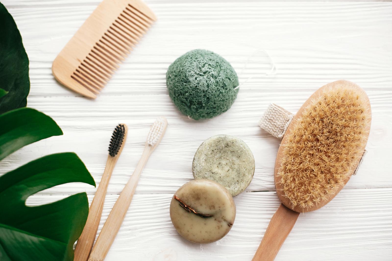 Bambuszahnbürste, Seife und Co.: Auch im Bad lässt sich gut auf Plastik verzichten.