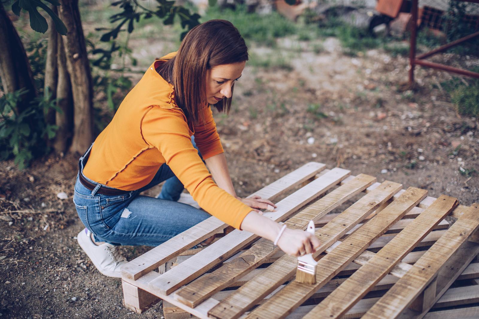 Eine Lasur schützt das Holz und bringt die Maserung zur Geltung.