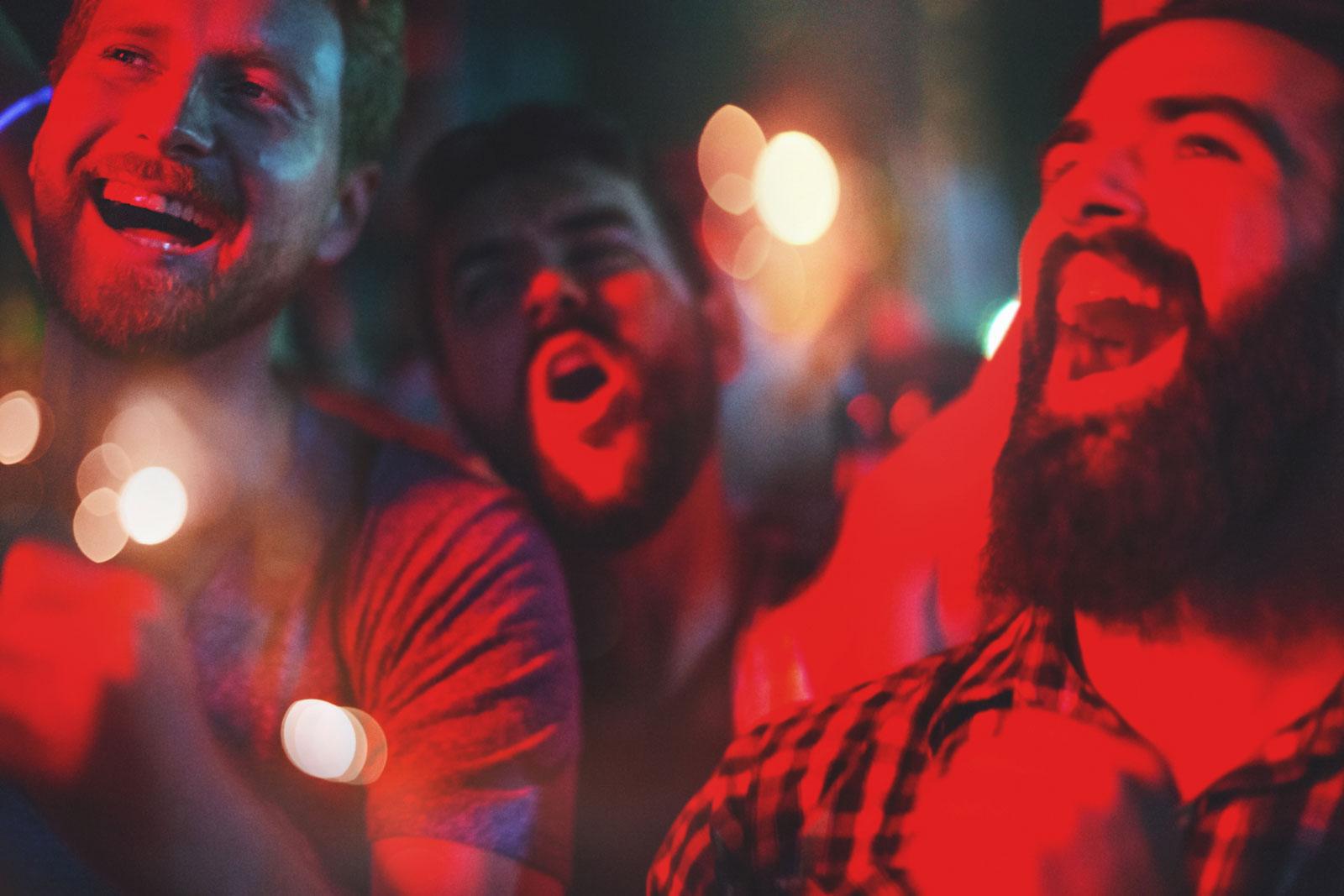 Beim Singen produzieren wir Oxytocin, das angenehme Gefühle auslöst und den Körper entspannt. So werden Stress bzw. die negativen Folgen von Stress abgebaut.