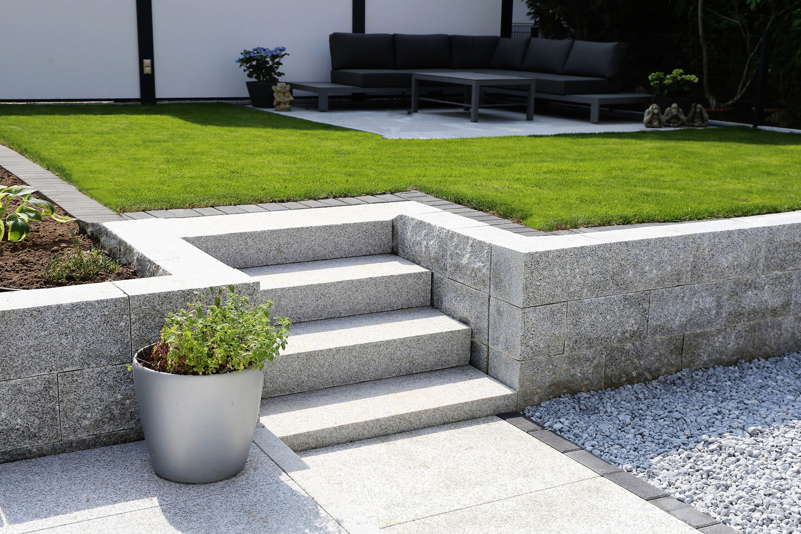 Moderner Garten: Klare Formen, Rasen, Terrasse