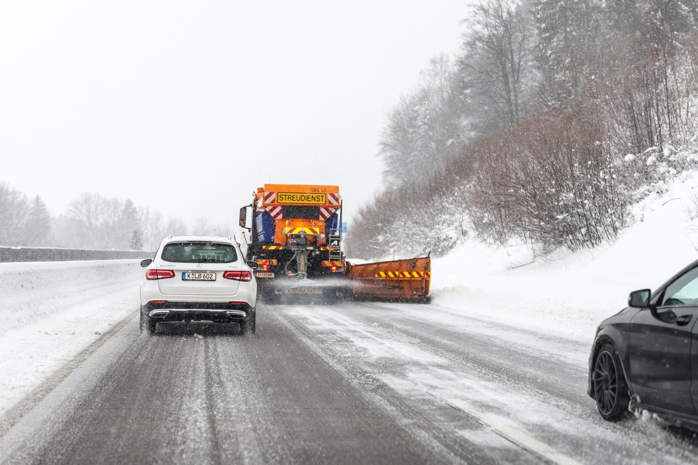 Vorsicht Glätte: Passe deine Geschwindigkeit an die Wetterbedingungen an und plane für deine Fahrten Zeitpuffer ein, um Stress zu vermeiden.