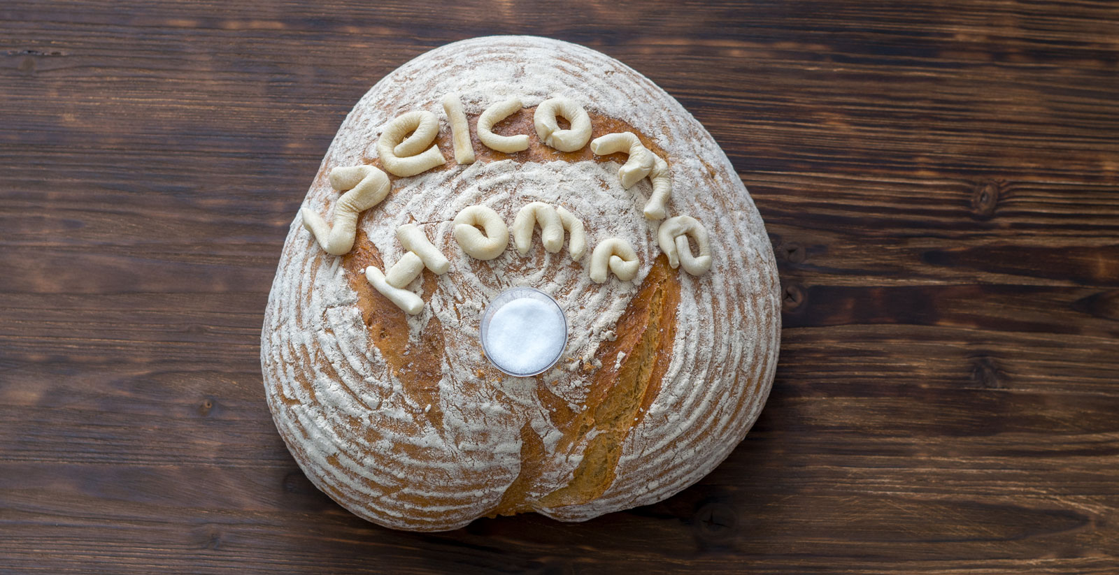 Ein traditionelles Geschenk: Brot (am besten selbst gebacken) und Salz
