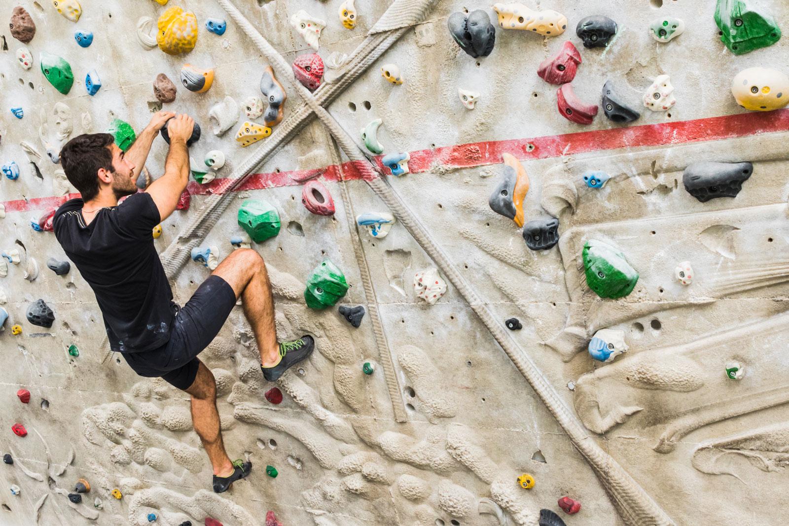 Ganz schön kompliziert: Bouldern erfordert Kraft und Geschicklichkeit.