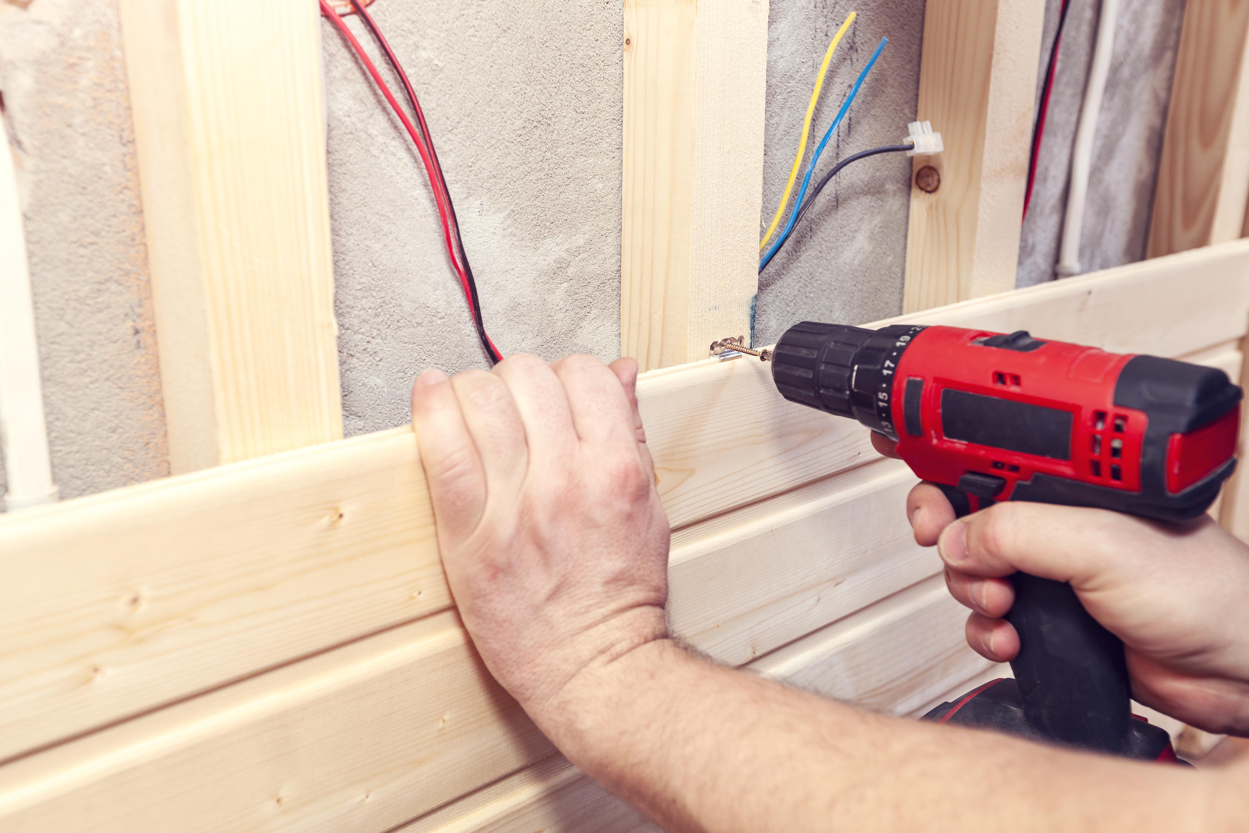 Der Selbsteinbau einer Sauna spart Kosten, erfordert aber handwerkliches Geschick.