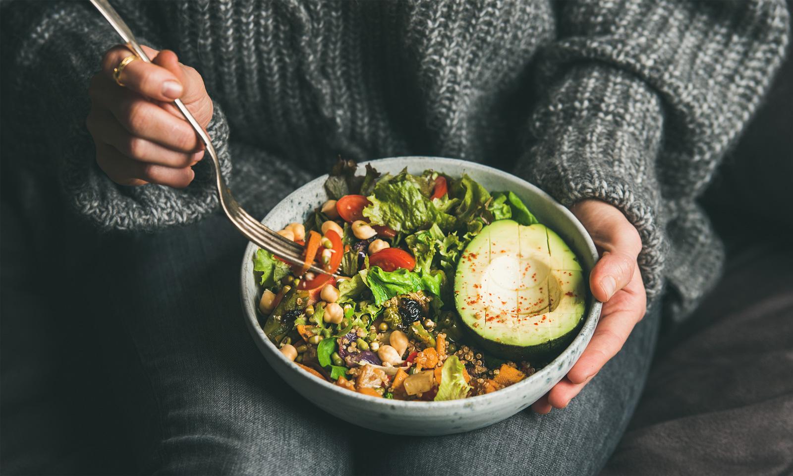Beugt Nährstoffmangel vor: abwechslungsreiche Ernährung mit viel Gemüse, Obst und Salat